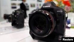 고가의 디지털 카메라들 (자료사진)