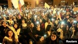 Partidarios del acuerdo de paz entre el gobierno de Colombia y los rebeldes de las FARC reunidos en la plaza Bolívar de Bogotá durante una marcha por la paz. Foto referencial. Oct. 20, 2016.