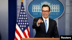 Menteri Keuangan AS, Steven Mnuchin menjawab pertanyaan media di Gedung Putih (foto: dok).