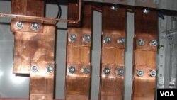 Panel listrik dengan penghantar listrik tembaga yang biasa digunakan untuk sebuah gedung besar (Foto: dok). Para ilmuwan di Australia telah menemukan penghantar listrik dengan ukuran yang jauh lebih kecil.