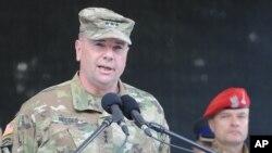 Le chef de l'armée de terre américaine en Europe à Varsovie, Pologne, 6 juin 2016.