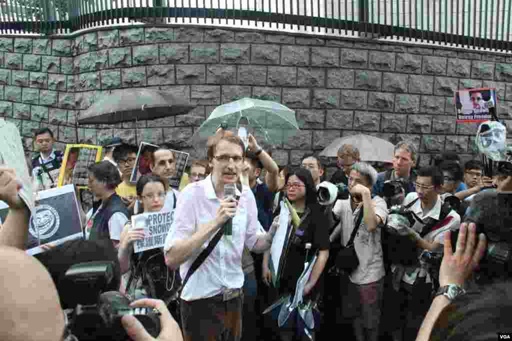 香港数百人在遮打花园和美国驻香港总领事馆前声援斯诺登(美国之音海彦拍摄)