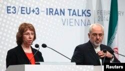 Trưởng ban đặc trách chính sách đối ngoại của Liên hiệp châu Âu Catherine Ashton (trái) và Ngoại trưởng Iran Javad Zarif đưa ra tuyên bố báo chí sau hội nghị tại Vienne 20/2/14