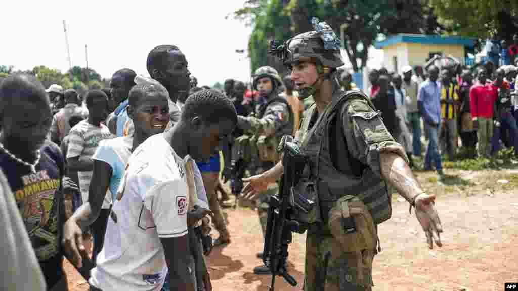 Les troupes françaises de l'opération Sangaris arrêtent les manifestants qui se sont rassemblés à l'entrée de l'aéroport de Bangui, le 12 décembre 2013.