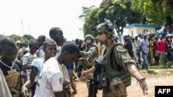 Des soldats français de l'opération Sangaris contiennent la foule à l'aéroport de Bangui, le 12 décembre 2013.