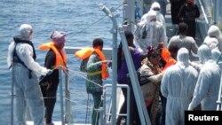 Para migran naik kapal angkatan laut Italia Scirocco dalam operasi penyelamatan di lepas pantai Libya. (Foto: Dok)