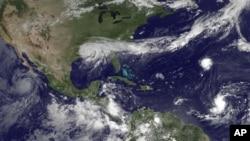 Слева направо: ураган «Илеана» в восточной части Тихого океана, ураган «Айзек» над Луизианой, ураган «Кирк» в центре Атлантического океана