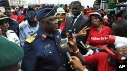 Kepala Staf Pertahanan Nigeria Laksamana Udara Alex Badeh, berbicara dalam demonstrasi yang mendesak pemerintah menyelamatkan gadis-gadis yang diculik, di Abuja, Nigeria (26/5).