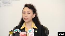 民主中国阵线主席盛雪4月28日在香港召开记者会(美国之音海彦拍摄)
