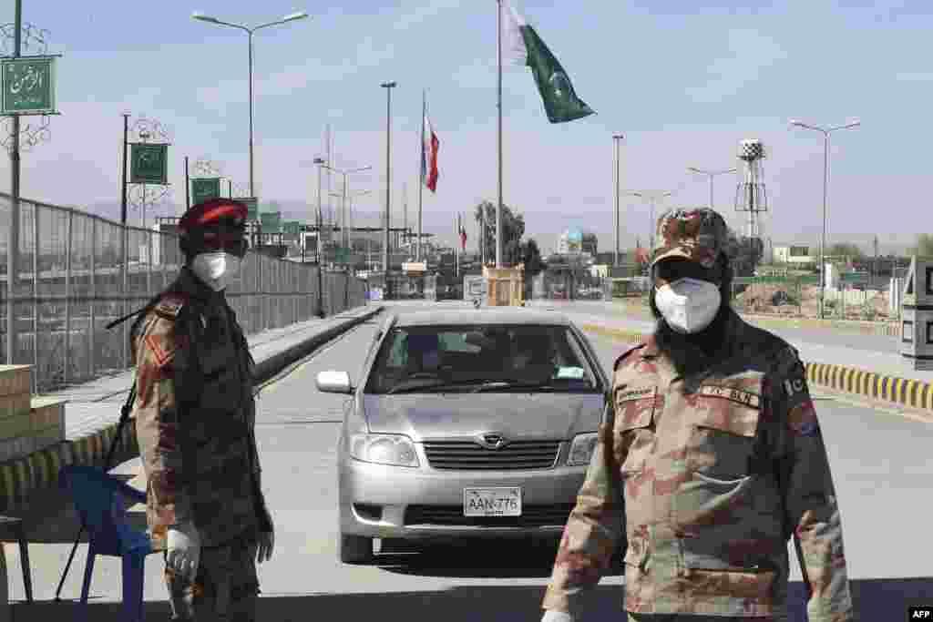 تفتان بارڈر پر مامور پاکستانی سیکیورٹی اہلکاروں کو بھی ماسک پہننے کی ہدایات جاری کی گئی ہیں۔