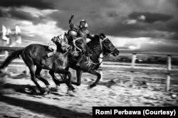 Foto joki pacuan kuda anak-anak di Sumbawa, Nusa Tenggara Barat, karya Romi Perbawa, 14 April 2013. (Foto: Romi Perbawa)