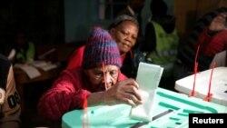 Lydia Gathoni, âgée de 102 ans, glisse son bulletin dans l'urne lors de l'élection présidentielle à Gatundu, Kenya, le 8 août 2017.