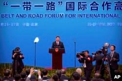 Kineski predsjednik Xi Jinping, u sredini, govori tokom konferencije za novinare na zatvaranju foruma Pojas i put na jezeru Yanqi na periferiji Pekinga, u subotu, 27. april 2019.
