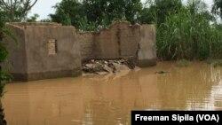Une maison écroulée suite aux pluies diluviennes dans Bégoua, le 27 août 2017. (VOA/Freeman Sipila)