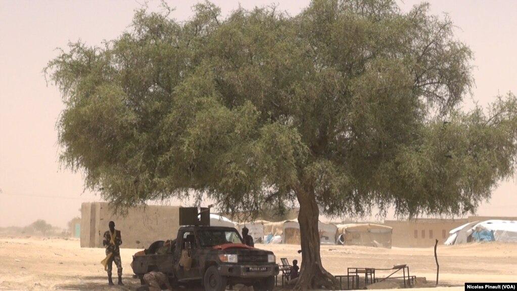 Un véhicule de l'armée nigérienne devant l'école de Bosso dans la région de Diffa, Niger, le 19 avril 2017 (VOA/Nicolas Pinault)