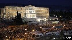 Демонстранти перед будинком парламенту в Афінах