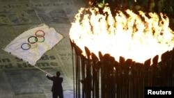 Walikota Rio de Janeiro Eduardo Paes melambaikan bendera Olimpiade pada penutupan Olimpiade 2012 di London. Rio akan menjadi tuan rumah Olimpiade 2016 (foto: dok),