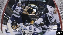 Третий период: одна из последних атак обороны Vancouver Canucks