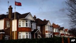 영국 런던 주재 북한대사관 건물에 인공기가 날리고 있다. (자료사진)