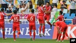 지난해 9월 인천 아시안게임에서 중국팀을 상대로 첫 승을 올린 북한 축구 대표팀이 환호하고 있다. (자료사진)