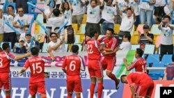 Para pemain sepakbola Korea Utara dalam pertandingan melawan China di Asian Games Incheon, Korea Selatan (15/9). (AP/Dita Alangkara)