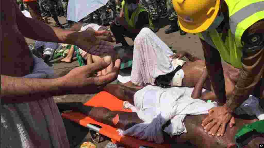 Un pèlerin traité par un médecin suite à la bousculade qui a tué et blessé des pèlerins dans la ville sainte de Mina, jeudi, 24 septembre 2015. (Direction de l'agence de la défense civile saoudienne via AP)