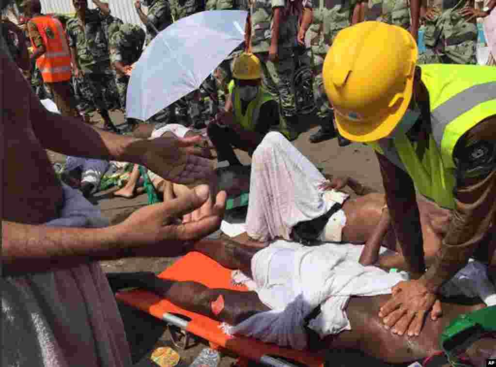 Seorang jemaah haji dirawat petugas medis setelah insiden terinjak-injak di Mina (24/9).