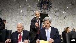 美国参议院外交委员会主席克里(右)12月20日在国会山主持了有关班加西袭击的听证会