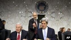 ທ່ານ John Kerry ປະທານກຳມາທິການຄວາມສຳພັນຕ່າງປະເທດ ຂອງສະພາສູງສະຫະລັດ ເປັນຫົວໜ້ານຳພາ ການຮັບຟັງຄຳໃຫ້ການ ກ່ຽວກັບການໂຈມຕີ ສະຖານກົງສຸນ ສະຫະລັດ ທີ່ເມືອງເບັງກາຊີ ປະເທດລີເບຍ (20 ທັນວາ 2012)