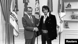 Tổng thống Richard Nixon bắt tay vua nhạc Rock n Roll Elvis Presley tại Phòng Bầu Dục ở Nhà Trắng, thủ đô Washington, tháng 12 năm 1970.