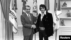 Presiden AS Richard Nixon berjabat tangan dengan Elvis Presley di Ruang Oval, Gedung Putih, Desember 1970.