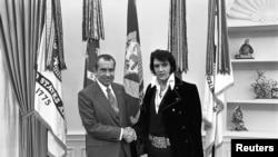 Predsednik Ričard Nikson rukuje se sa Elvisom Prislijem u Ovalnoj kancelariji u Vašingtonu, u decembru 1970.