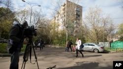 Một nhà quay phim ghi lại cảnh tòa nhà nơi cơ quan an ninh của Nga đột kích và tìm thấy những thiết bị kích nổ trong một căn hộ ở Moscow, Nga, 12/10/2015.