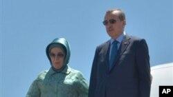 Perdana Menteri Turki, Recep Tayyip Erdogan,didampingi istrinya Emine Erdogan, saat mendarat di bandara Aljazair, 4 Juni 2013 (Foto: dok). PM Erdogan telah kembali ke negaranya seusai melakukan lawatan ke beberapa wilayah di Afrika Utara, di tengah aksi-protes warga yang menuntut pengunduran dirinya dari jabatan sebagai Perdana Menteri.