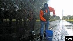 Chủ nhật hàng tuần từ tháng Tư đến tháng Mười, các tình nguyện viên Rolling Thunder tập trung lại để lau rửa bức tường kỷ niệm. (VOA/J. Taboh)