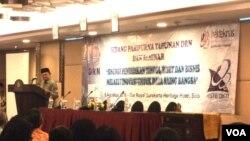 Mantan Presiden B.J. Habibie berpidato dalam sidang paripurna Dewan Riset Nasional di Solo (9/8). (VOA/Yudha Satriawan)