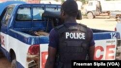 Un policier centrafricain de la Compagnie nationale de sécurité à Bangui, en Centrafrique, le 6 octobre 2017. (VOA/Freeman Sipila)