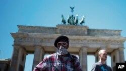 Brandenburg Gate, Landmark kota Berlin, Jerman, saat berlangsungnya aksi unjuk rasa memperingati kematian George Floyd, 1 Juni 2020. AP Photo/Markus Schreiber)