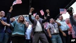 Губернатор Пуэрто-Рико Педро Росселло (в центре) празднует результаты референдума