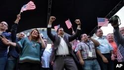 Gubernur Puerto Rico, Ricardo Rosello merayakan hasil referendum bersama dengan anggota Kongres AS Jennifer Gonzalez (kiri) di markas besar partai Progresif Baru, San Juan, Puerto Rico, 11 Juni 2017. (AP Photo/Carlos Giusti).