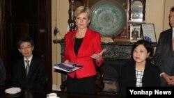 22일 줄리 비숍 호주 외교장관(가운데)이 시드니 서부 스트라스필드 시청에서 열린 탈북자 간담회에 참석했다.