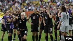 Tim Amerika merayakan kemenangannya atas Brazil dalam laga perempat final Piala Dunia Putri di Dresden, Jerman, Minggu (10/7).