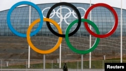 Suasana persiapan Olimpiade musim dingin di sekitar Istana Es Bolshoy, yang terletak di area taman Olimpiade di distrik Adler, Sochi, Rusia (24/1).