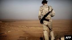 Phiến quân Libya theo dõi hoạt động của lực lượng Gadhafi tại sa mạc Twama, 30 km về phía đông nam của cứ địa Zintan, ngày 15/7/2011