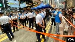 大批警員7月1日下午拉起封鎖線封鎖銅鑼灣記利佐治街行人專用區(美國之音湯惠芸)