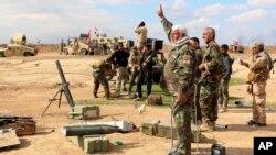 داوطلبان حشد شعبی در کنار نیروهای ارتش عراق علیه داعش می جنگند