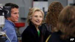 힐러리 클린턴 전 미 국무장관이 14일 미국 아이오와 주 2년제 대학에서 교사 및 학생들과 토론회를 가졌다.