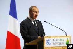 """Ông Putin cam kết: """"Nga sẽ tiếp tục góp phần vào các nỗ lực chung về ngăn chặn tăng nhiệt toàn cầu. Đến năm 2030, chúng tôi hy vọng sẽ cắt giảm 70% lượng khí thải có hiệu ứng nhà kính so với năm cơ bản là 1990."""""""