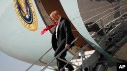 صدر ٹرمپ پام بیچ، فلوریڈا پہنچنے پر طیارے سے باہر آ رہے ہیں