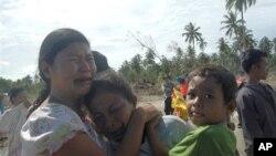 Penyintas (survivors) tsunami di Pulau Pagai, Kepulauan Mentawai. (Photo: AP)